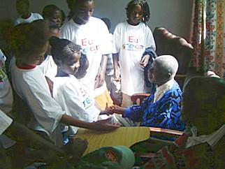 Matola, Mozambico. I bambini del centro DREAM incontrano gli anziani