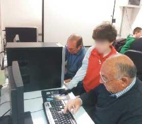 Giovani in cattedra per insegnare ad usare il computer agli anziani