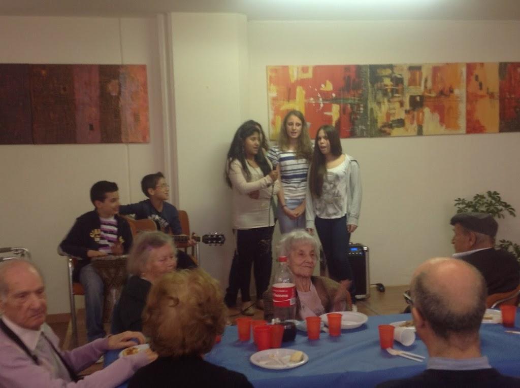 Giovani e anziani insieme per un pranzo davvero speciale