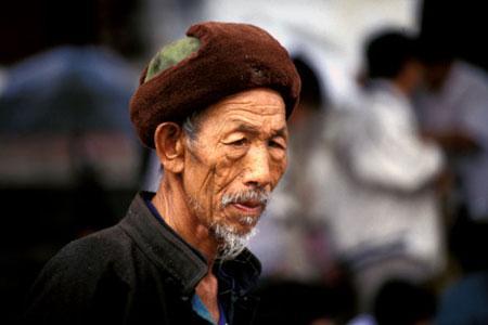 Anziani in Cina: poveri, soli e malati