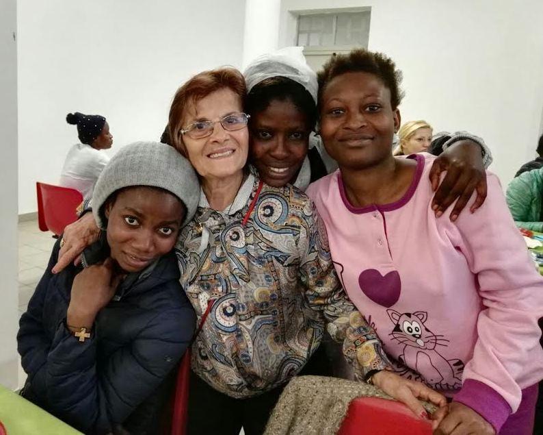 """L'abbraccio delle """"grandma"""" al CIE di Ponte Galeria"""