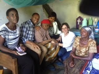 Le attiviste di DREAM in Tanzania impegnate nel sostegno gli anziani