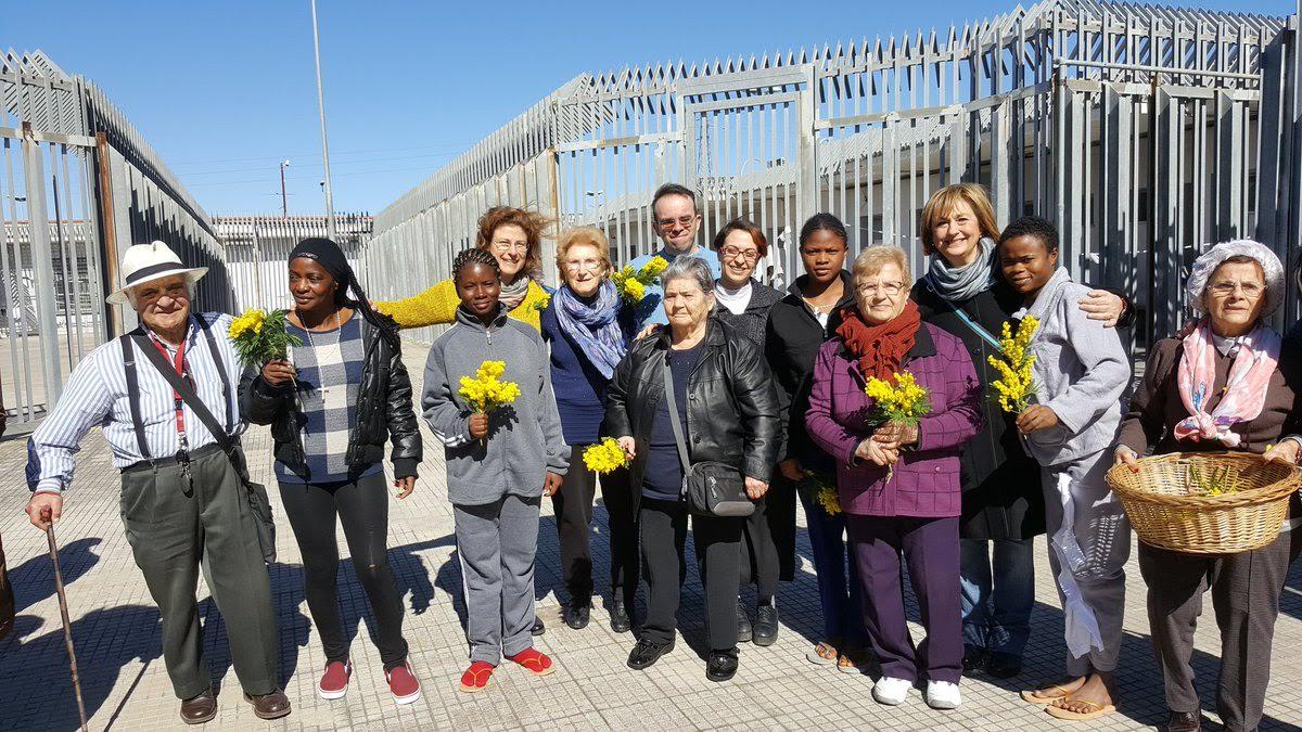 8 marzo al CIE di Roma:donne italiane anziane e immigrati insieme per la festa della donna.