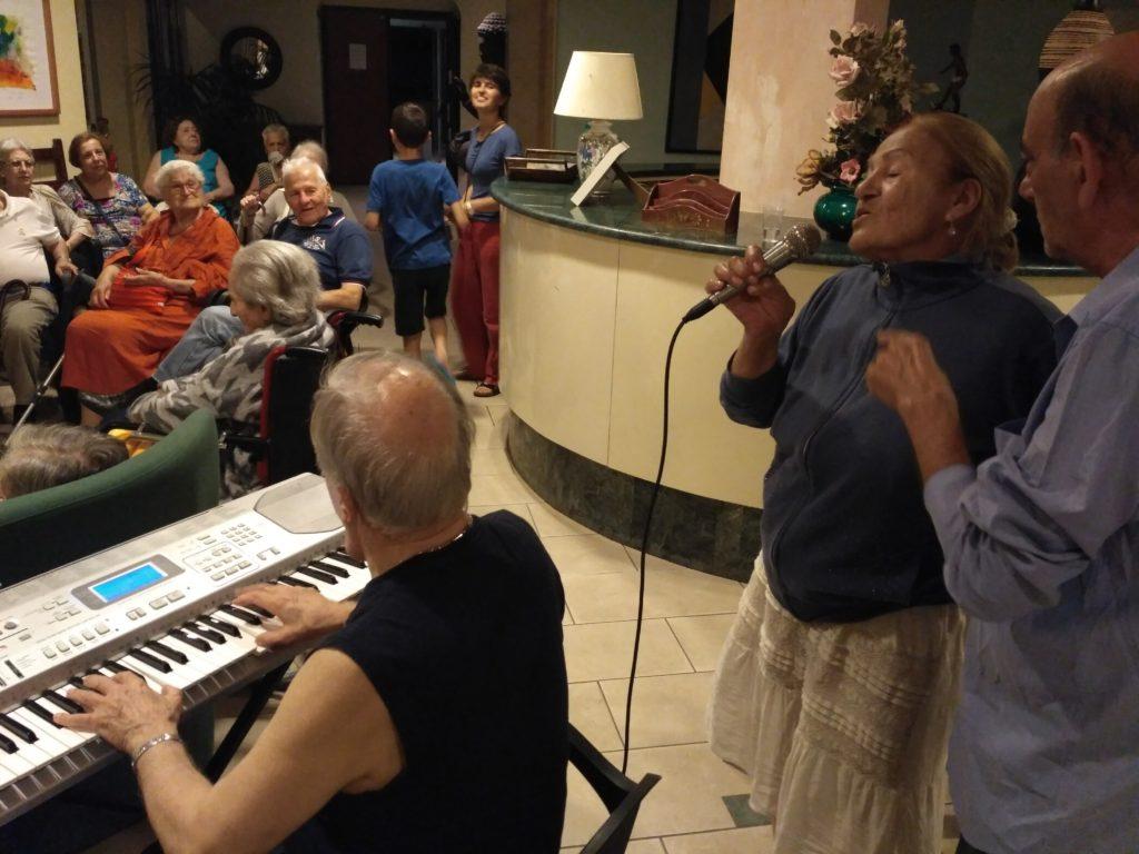 Aldo suona alla festa
